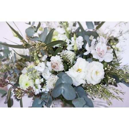 Ramo de flores variadas de temporada blancas