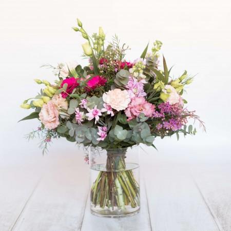 Ramo de flores de temporada en tonos rosados