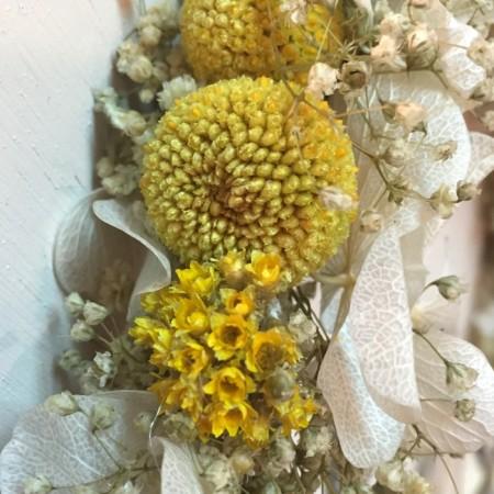 Coronita de flores preservadas amarilla