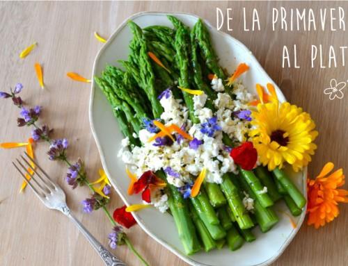 Espárragos verdes, queso de cabra, flores comestibles y vinagreta de naranja