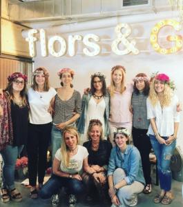 Alumnas en el taller de coronas con flores preservadas